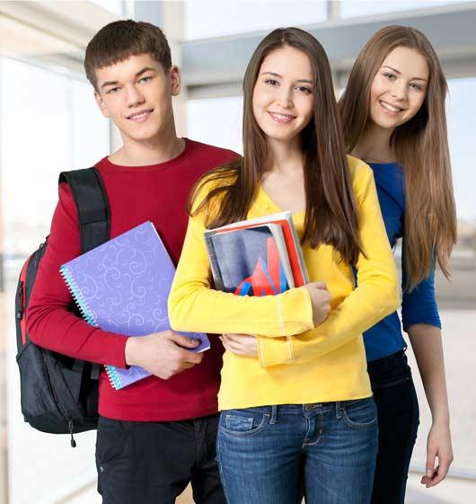 Jeunes étudants en groupes