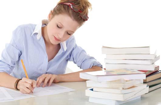 Etudiante concentré en train de travailler son concours
