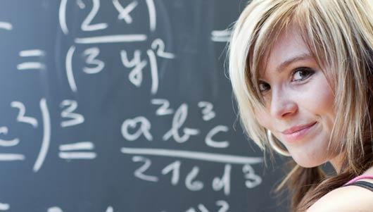 Elève souriante en plein cours de mathématiques
