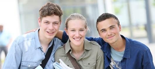 Etudiants sereins se préparant au concours PASS